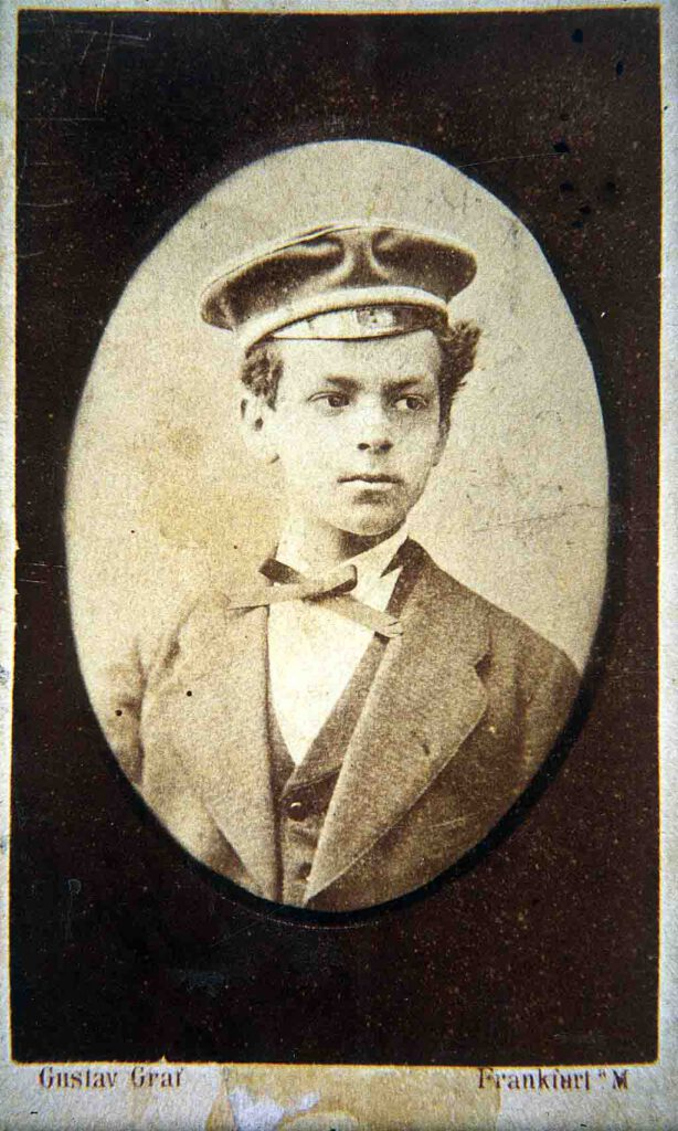 Ettore Schmitz around 1876 in his Segnitz school uniform. The photo was probably taken while visiting Frankfurt together with one of the Spiers.